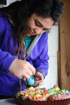 Hechando decoración de pelotita a de colores
