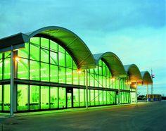 O Emerald é um vidro float verde intenso que reduz o calor dentro do ambiente em até 40% se comparado ao vidro incolor. Ele oferece excelente transmissão luminosa - de até 71% dependendo da espessura - com neutralidade, já que não possui camadas refletivas.