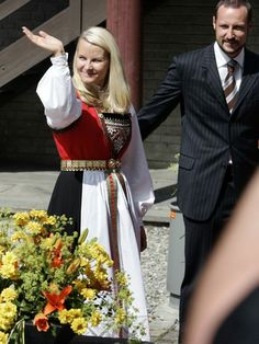 HARDANGERBUNAD: Den staselige bunaden tas ofte i bruk av kronprinsessen. Norway