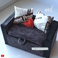 Have some fun & glam up your dollhouse with this adorable miniature sofa By: Fairy Diy furniture videos DIY MINIATURE SOFA Barbie House Furniture, Modern Dollhouse Furniture, Doll Furniture, Furniture Plans, Furniture Vintage, Miniature Furniture, Furniture Sets, Barbie Dolls Diy, Barbie Doll House