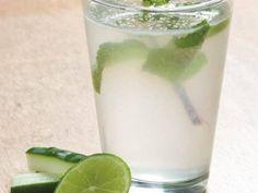 Água Sass, bebida desintoxicante  que acalma o trato gastrointestinal e ajuda na detox. Ingredientes: - 2 litros de água - 1 col(chá) de gengibre moído na hora - 1 pepino médio descascado e cortado em fatias finas - 1 limão médio cortado em fatias finas - 12 folhas de hortelã Misture todos os ingredientes em uma jarra e leve à geladeira de um dia para o outro. Consuma toda a preparação ao longo do dia