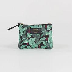Mini pochette Jungle - Woouf - Monoï, Flamingo ou Jungle… Un parfum d'exotisme vient habiller la collection de pochettes et de trousses designées par Woouf ! Véritables accessoires de style, ils multiplient les motifs en all-over pour un effet visuel résolument tendance qui vous accompagne partout.