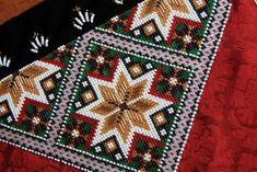 Bringeduk: BRINGEDUK OG BELTER TIL BUNAD: VELG MELLOM 20 FORSKJELLIGE MØNSTER Cross Stitch Designs, Tree Skirts, Beadwork, Belts, Stitches, Bohemian Rug, Projects To Try, Christmas Tree, Embroidery