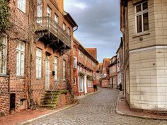 Der Eingang zur Elbstraße in der Altstadt von Lauenburg ohne Schilder.