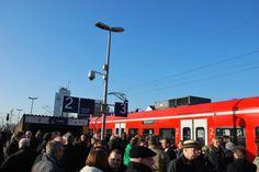 Dichtes Gedränge auf dem Bahnsteig in Lindern. Von Gleis 3 fahren künftig die Züge über die reaktivierte Strecke nach Heinsberg.