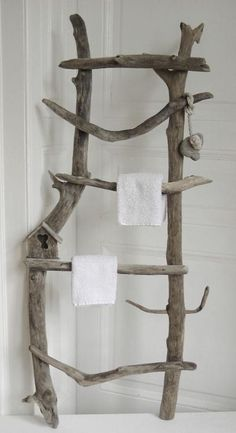 Déco avec arbres et troncs! Voici 20 exemples magnifiques… Decoration with trees and trunks! Here are 20 beautiful examples Decoration with trees and trunks! Here are 20 beautiful examples . Driftwood Projects, Driftwood Art, Driftwood Beach, Driftwood Ideas, Handmade Home Decor, Diy Home Decor, Ladder Decor, Wood Ladder, Natural Wood