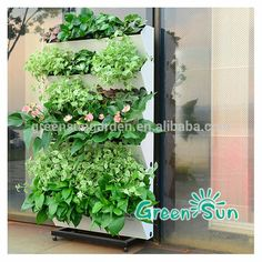 Jardín vertical con jardineras inclinadas