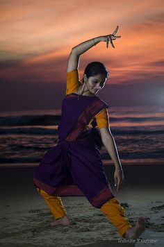 Loved How a Dance Can Call Upon Nature Dance Photography Poses, Dance Poses, Folk Dance, Dance Art, Isadora Duncan, Dance Fashion, Fashion Poses, Kathak Dance, Dance Uniforms
