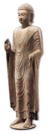 佛教藝術 -北齊時代石造佛立像(半側圖) 北齊(550-577) 石灰岩 H134.5×W38cm 山東地區因其地處沿海,具有與東南沿海相通之地理優勢,加上海陸交通的發展,在佛教傳播過程中,促進造像樣式的形成與發展,如青州佛像平素貼體的袈裟,衣紋樣式受到印度笈多造像影響最為顯著,佛像螺髮右旋和低平肉髻相的特徵,亦受到南印度阿瑪拉瓦蒂(Amarāvatī)造像元素的影響。北齊時代青州造像特徵,以館藏石造佛立像為例,此尊佛立像為典型的山東青州風格。
