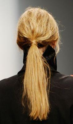 Undone-Look: Quick- Hairtrend: Der Undone-Zopf gesehen auf dem Laufsteg bei Kaal E. Suktae