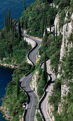 Enge, kurvige Straßen sind für das Gebiet rund um den Gardasee in Italien charakteristisch.