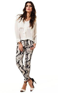 Lookbook Raizz Primavera-Verão 14 - Camisa off-white com camada  e detalhe de babado. Calça skinny estampa de cobra