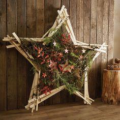 Floristmeister Klaus Wagener legt in diesem Video, für den XXL Weihnachtsstern, mehrere Latten parallel zueinander und leicht versetzt jeweils zu fünfzackigen Sternen zusammen. Verschraubt werden diese an den Spitzen. Die Äste und Zweige sowie Accessoires sind mit Rebenbindedraht in der Sternmitte fixiert.  Xmas Crafts, Ladder Decor, Christmas Diy, Bloom, Flowers, Design, Winter, Home Decor, Beauty