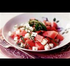 Watermeloen salade, met witte kaas,munt,olie en een snufje zout. Lekker verfrissende salade