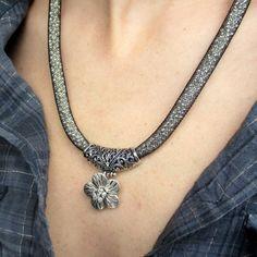 Dutinkový náhrdelník stříbrný s květinou