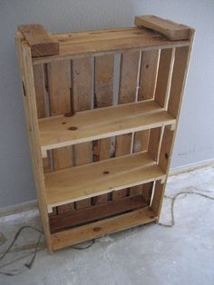 #DIY Palette Bookshelf: http://www.househunt.com/news-realestate/diy-home-library-ideas/