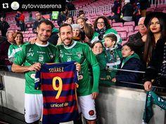 #Repost @aytovvaserena  Moraga y Trinidad posan con la camiseta de Luis Suárez al finalizar el @fcbarcelona @cfvillanovense