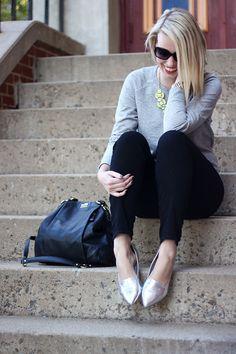 Grey Sweatshirt + Neon Green Necklace zapatos plateados