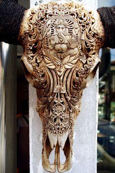 動物の頭蓋骨を彫った彫刻
