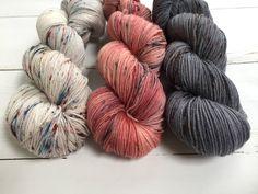 Fade Yarn Kit: Light-Variegated Red-Dark Grey - Hand dyed yarn, 80 Superwashed merino wool - 20 Bamboo 3x skein 100gram/400m door AtelierSopra op Etsy