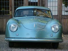 """La Porsche 356 è un modello di automobile, sia coupé che roadster, prodotto dalla Porsche ininterrottamente dal 1948 al 1966. Può essere considerato il primo modello """"di serie"""" prodotto dalla casa di Stoccarda. In poco meno di un ventennio si sono succedute parecchie versioni, con differenti motorizzazioni. Il nome """"Carrera"""" comparve per la prima volta proprio sulle versioni più potenti della 356, quelle con doppio asse a camme in testa. www.tommyholiday.it"""