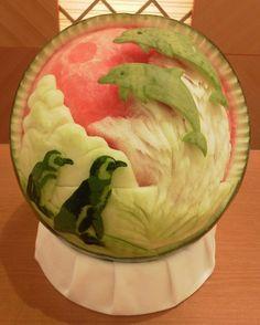 Impressionantes esculturas esculpidas em melancia feitas pelo artista Takashi Itoh. Este tipo de arte é muito comum no oriente portanto se você gostar, vai achar um monte de outras esculturas em melancia por aí.