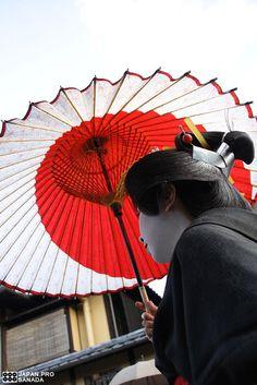 芸妓はん 祇園 京都 Geiko han (24) | by Kyoto Sanada. JAPON. 素敵な日の丸の和傘。
