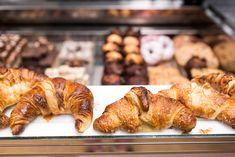 フランスの都パリ。パリがパン屋さんの激戦区と言われるのをご存知でしょうか?町にはこだわりのパン屋さんが数多く並び、いい匂いにつられて焼きたてのパンを頬張る。そんな幸せなひとときを提供してくれるおすすめのパン屋さんをご紹介しましょう。 19世紀の終わりに創業した老舗「ポール」は、百貨店に卸しながら伝統的なパンを守り続けているお店、コーヒ―を飲みながらパンを頂く事もできます。「エリックカイザー」ではなんといってもクロワッサン!大きな口を開けてパクッといって下さいね。その他にも、パリで注目されているパン職人の店「ドミニク・サブロン」や炭火焼きでじっくりと焼いたパンを誇る「ポワラーヌ」、パン屋さんと思えないぐらいおしゃれな「ムーラン・ドゥ・ラ・ヴィエルジュ」などなど、とっておきのパン屋さんが目白押しです!