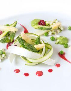 Insalata antipasto di asparagi e ciliegie fresche con crema di piselli, coulis e dressing di cilicgie e riduzione di aceto balsamico #vegan #glutenfree #dietetico