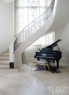 A chic and striking Sandy Springs home with a modern minimalist flair! Modern Staircase Chic flair Home Minimalist modern Sandy Springs Striking Foyer Staircase, Interior Staircase, Curved Staircase, Staircase Design, Stair Design, Spiral Staircases, Design Entrée, House Design, Contemporary Hallway