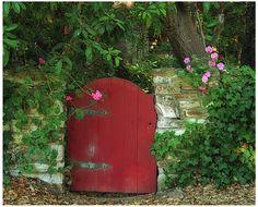 Little Red Garden Gate / Linda Hartong Photography
