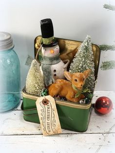 use my red bread box Christmas Decoration // Snowman // Folk Art Christmas // Bottle Brush Tree // Vintage Metal Lunch Box // Vintage Style Christmas Vintage Christmas Crafts, Noel Christmas, Vintage Ornaments, Rustic Christmas, Christmas Projects, Vintage Holiday, Winter Christmas, Holiday Crafts, Christmas Ideas
