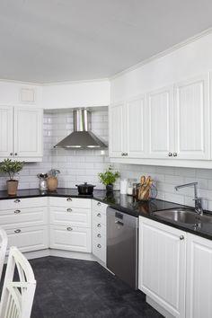 Klassiskt kök. Modell: Baron, Färg: Äggskal   NordDesign Kök Swedish Kitchen, Moving Home, Kitchen Corner, Kitchen Cabinets, Inspiration, Baron, Home Decor, Kitchen Ideas, Decorating Ideas