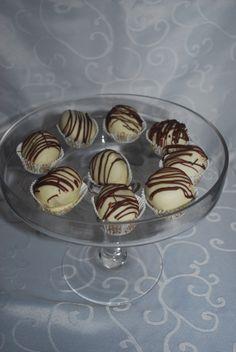 Cakepops i cup. Ta kontakt på post@bellakaker.no for mer informasjon.