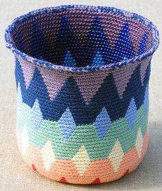 Spectral Reversible Bead Tapestry Crochet Basket for Lefties by tapestrycrochet, via Flickr Kooppatroon bij Ravelry