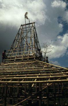 COLLECTIE TROPENMUSEUM Bamboe skelet van een huis in aanbouw Kabunduk TMnr 20018329 - Sumbanese traditional house - Wikipedia