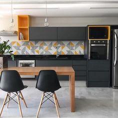 Hello meus amores! Como não se apaixonar e desejar essa cozinha de inspiração de hoje? Amor realoficial por ela. Projeto: Manu Cardim.
