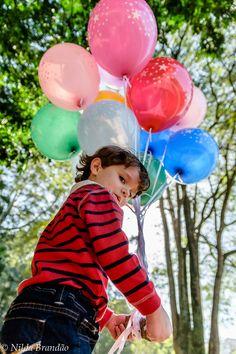 Fotografia de criança, book de criança, Menino, menina, ensaio infantil, book infantil, fotografia com fantasias, fantasia, brincadeiras de criança,menino, balões, balão de gas, fotógrafa de criança, ar livre, foto externa, externa, , parque, fotos no parque, Nilda Brandão