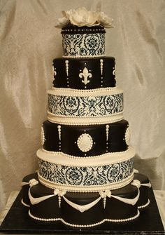 {Bridal Cake} Black & white 6 tier wedding cake #bridal #wedding #weddingcake #blackandwhite