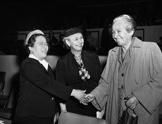 Gabriela Mistrale all & # ONU a New York nel 1953 (AP Photo / John Rooney) – mujeres locas Assata Shakur, Air Max 90, Famous Women, Yorkie, Che Guevara, New York, Nike, Retro, Poet