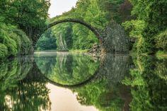 Durch die Spiegelung wird aus der Rakotzbrücke ein Ring
