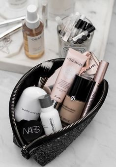 Make-up bag inspo. Excessive finish make-up merchandise. Make-up storage good for journey or. Make-up bag inspo. Excessive finish make-up merchandise. Make-up storage good for journey or on the go. Beauty Make-up, Beauty Skin, Beauty Hacks, Beauty Tips, Makeup And Beauty Blog, Beauty Trends, Whats In My Makeup Bag, High End Makeup, Makeup Storage