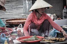 Sate in der Altstadt Ein vietnamesische Frau verkauft Essen in den Strassen der Altstadt Hoi Ans #hoian #vietnam #asien