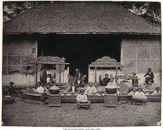 gamelan-orkest voor paleis; blanke op stoel kijkt toe