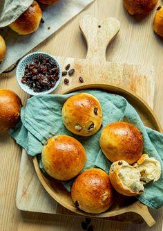 Slik blir hvetebollene ekstra saftige | Coop Marked Dinner Rolls, Baked Goods, Om, Sweets, Bread, Baking, Gummi Candy, Candy, Brot