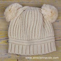 Gorro lana para bebé con pompones. En un bonito color beige, este gorro de punto tiene dos borlas o pompones como si fueran orejitas. Muy divertido y muy calentito para el invierno. Sirve tanto para bebé niño como para bebé niña. Tamaño: de 3 a 18 meses. 16,50 € Hooded Scarf, Beautiful Crochet, Crochet For Kids, Color Beige, New Baby Products, Knitted Hats, Hoods, Costumes, Knitted Beanies
