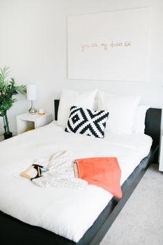 Ein ganz simpler, eingerahmter Spruch über dem Bett - so schön! ♥