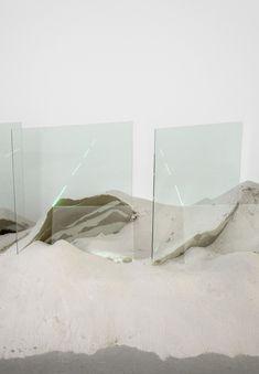 Depuis la fin des années 60 l'artiste californien Laddie John Dill réalise des installations qui utilisent des plaques de verre qui sont enfoncés comme des monolithes dans des tas de sable, révélant des strates et des matières différentes et dont les tranches illuminées viennent éclairer d'une lumière surréaliste.