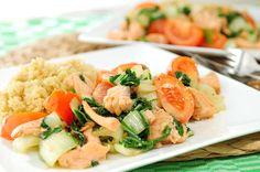 Dit recept van gemarineerde zalm, paksoi, tomaten en quinoa vinden wij echt heerlijk! De zalm wordt gemarineerd in een marinade van sesamolie met soyasaus, verse knoflook en gemalen peper. Dit zalm recept doet daardoor een beetje Oosters aan en de combinatie van zalm en paksoi is verrukkelijk.