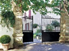 Comment choisir son portail ? House Gate Design, Fence Design, Front Gates, Entrance Gates, Gate Automation, Iron Pergola, Aluminium Gates, Country Cottage Garden, Security Gates
